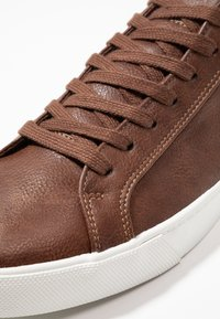 Zalando Essentials - Sneakersy niskie - brown - 5