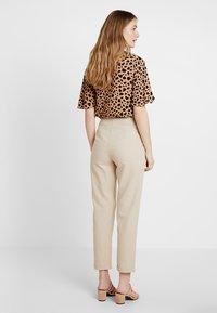 Zalando Essentials - Pantalones - safari - 2