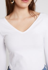 Zalando Essentials - Long sleeved top - white - 5