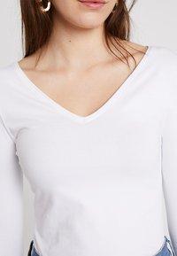 Zalando Essentials - Bluzka z długim rękawem - white - 5