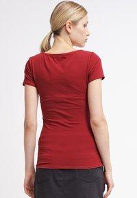 Zalando Essentials - 2 PACK - T-shirts - black/dark red - 2