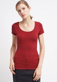 Zalando Essentials - 2 PACK - Basic T-shirt - black/dark red - 0