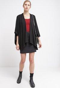 Zalando Essentials - 2 PACK - Basic T-shirt - black/dark red - 1