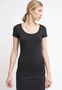 Zalando Essentials - 2 PACK - Basic T-shirt - black/dark red - 4