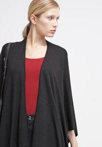 Zalando Essentials - 2 PACK - T-shirts - black/dark red - 3