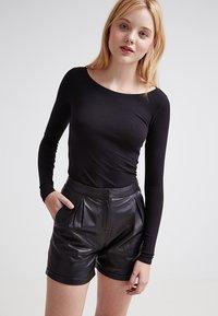 Zalando Essentials - 2 PACK - Maglietta a manica lunga - black/black - 0
