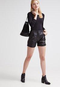 Zalando Essentials - 2 PACK - Maglietta a manica lunga - black/black - 1