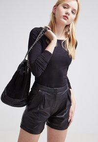 Zalando Essentials - 2 PACK - Maglietta a manica lunga - black/black - 3