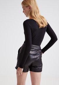 Zalando Essentials - 2 PACK - Maglietta a manica lunga - black/black - 2