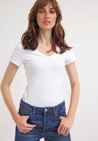 Zalando Essentials - 2 PACK - Camiseta básica - white/white - 2