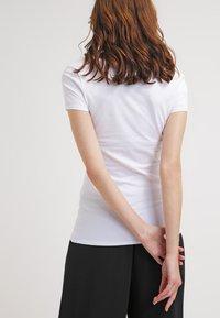 Zalando Essentials - 2 PACK - T-shirts - black/white - 3