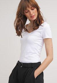 Zalando Essentials - 2 PACK - T-shirts - black/white - 2