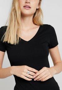 Zalando Essentials - 2 PACK - Camiseta básica - black/black - 4