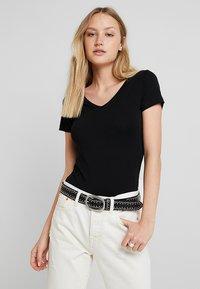 Zalando Essentials - 2 PACK - Camiseta básica - black/black - 0