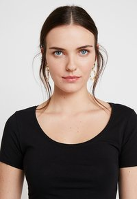 Zalando Essentials - 3 PACK - Camiseta básica - black/white/dark grey - 4