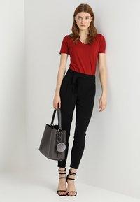 Zalando Essentials - Basic T-shirt - red dahlia - 1