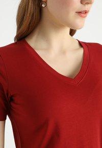 Zalando Essentials - Basic T-shirt - red dahlia - 4
