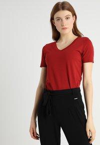 Zalando Essentials - Basic T-shirt - red dahlia - 0