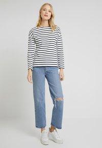 Zalando Essentials - T-shirt à manches longues - white/dark blue - 1