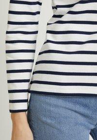 Zalando Essentials - T-shirt à manches longues - white/dark blue - 5