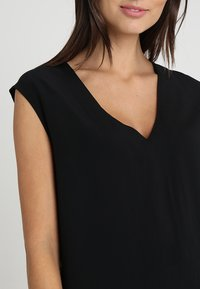 Zalando Essentials - Blusa - black - 4