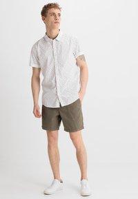 Zalando Essentials - Shorts - oliv - 1