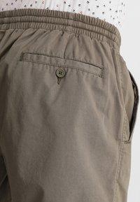Zalando Essentials - Shorts - oliv - 5