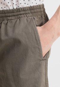 Zalando Essentials - Shorts - oliv - 3