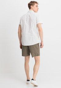 Zalando Essentials - Shorts - oliv - 2