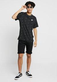 Zalando Essentials - Szorty jeansowe - black denim - 1