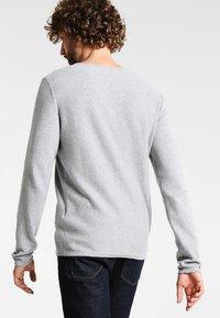 Zalando Essentials - CREW NECK ROUNDED HEM - Strikkegenser - light grey melange - 2