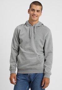 Zalando Essentials - Jersey con capucha - mottled grey - 0