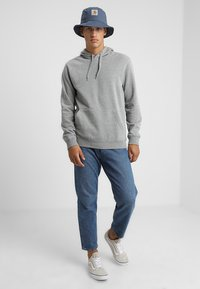 Zalando Essentials - Jersey con capucha - mottled grey - 1