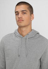 Zalando Essentials - Jersey con capucha - mottled grey - 4
