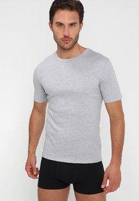 Zalando Essentials - 3 PACK - Camiseta interior - grey/black/white - 3