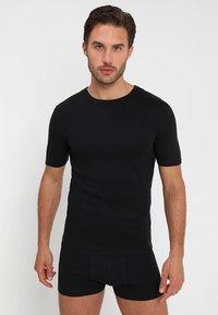 Zalando Essentials - 3 PACK - Camiseta interior - grey/black/white - 4