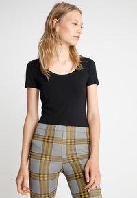 Zalando Essentials Tall - 2 PACK  - T-shirt basic - black/white - 3