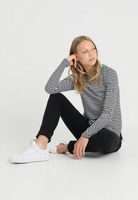 Zalando Essentials Tall - Bluzka z długim rękawem - white/black/green - 1