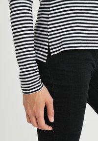 Zalando Essentials Tall - Bluzka z długim rękawem - white/black/green - 5