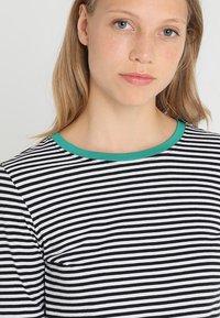 Zalando Essentials Tall - Bluzka z długim rękawem - white/black/green - 3