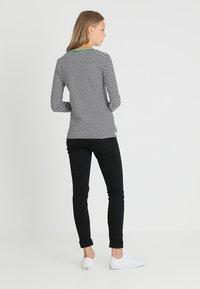 Zalando Essentials Tall - Bluzka z długim rękawem - white/black/green - 2