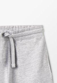 Zalando Essentials Kids - Pantalon de survêtement - light grey melange - 3