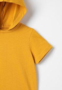 Zalando Essentials Kids - Triko spotiskem - golden yellow - 4