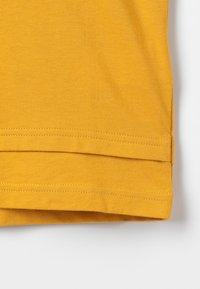 Zalando Essentials Kids - Triko spotiskem - golden yellow - 2