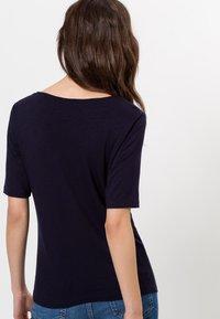 zero - MIT WASSERFALLAUSSCHNITT - Print T-shirt - blue black - 2
