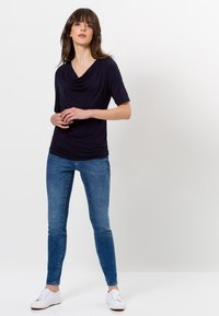 zero - MIT WASSERFALLAUSSCHNITT - Print T-shirt - blue black - 1