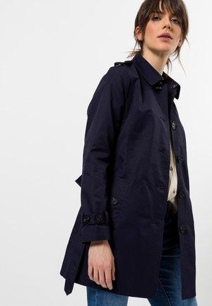 MIT GÜRTEL - Trenchcoat - blue/black