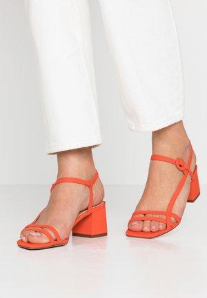Sandaalit nilkkaremmillä - coral