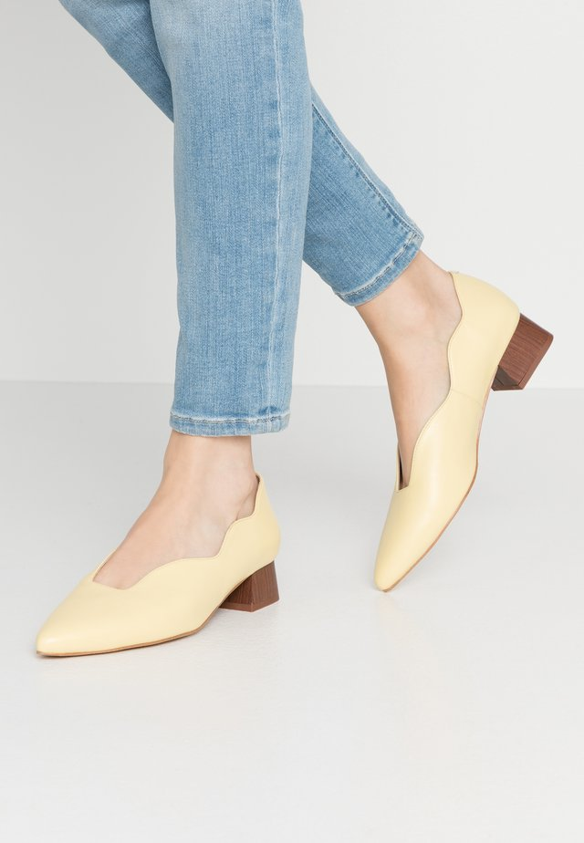 Pumps - yellow