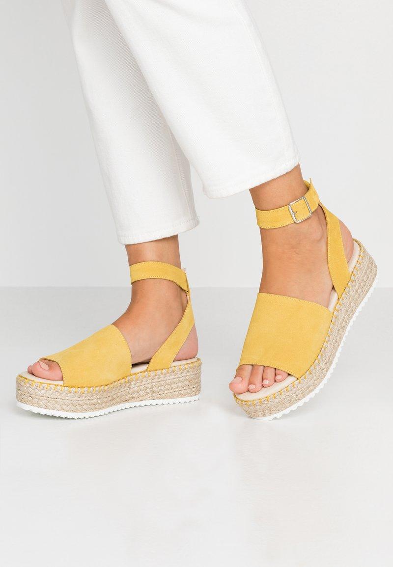 Zign - Korkeakorkoiset sandaalit - yellow